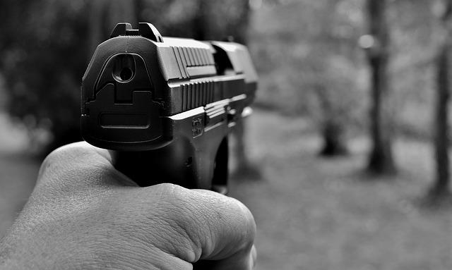 pistole v ruce