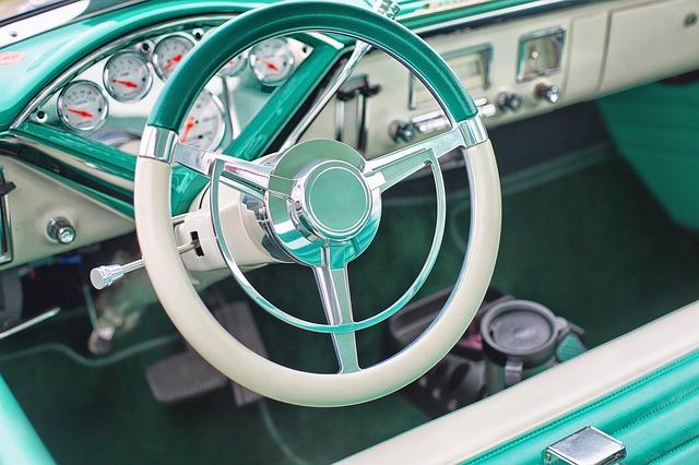 tyrkysový interiér vozu.jpg