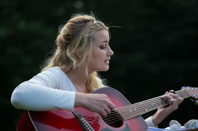 blondýna s kytarou