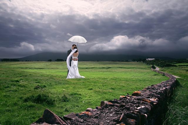 nevěsta a ženich pod deštníkem