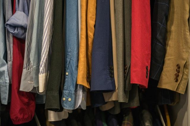 Oblečení pověšené na ramínkách